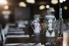 Vidrio en el fondo del restaurante de la barra del contador de la sobremesa de la tabla Foto de archivo