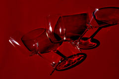 Vidrio en fondo rojo Imagenes de archivo