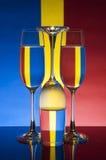 Vidrio en un fondo de los colores (rojo, azul, amarillo) imagen de archivo