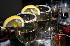 Vidrio enfocado de vermú con una rebanada de limón, alineada fino top del vidrio con una capa de azúcar dulce en el restaurante Fotografía de archivo libre de regalías