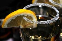 Vidrio enfocado de vermú con una rebanada de limón, alineada fino top del vidrio con una capa de azúcar dulce en el restaurante Foto de archivo