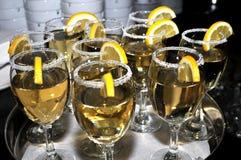 Vidrio enfocado de vermú con una rebanada de limón, alineada fino top del vidrio con una capa de azúcar dulce en el restaurante Foto de archivo libre de regalías
