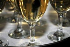 Vidrio enfocado de vermú con una rebanada de limón, alineada fino top del vidrio con una capa de azúcar dulce en el restaurante Fotografía de archivo