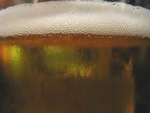 Vidrio frío de la cerveza dorada Foto de archivo