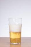 Vidrio frío, semilleno de cerveza con el espacio de la copia Imagen de archivo
