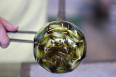 Vidrio fundido en una barra de metal para la macro que sopla de cristal Fotografía de archivo libre de regalías