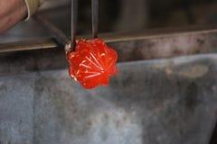 Vidrio fundido en una barra de metal para la macro que sopla de cristal Imagen de archivo libre de regalías