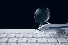 Vidrio global con el teclado y el avión en concepto de la red foto de archivo