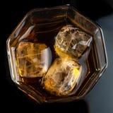 Vidrio hexagonal de whisky con tres cubos de opinión superior del hielo real imagen de archivo libre de regalías