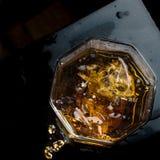 Vidrio hexagonal de whisky con tres cubos de opini?n superior del hielo real foto de archivo