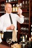 Vidrio limpio del camarero de la barra de vino en restaurante Imágenes de archivo libres de regalías