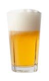 Vidrio lleno de cerveza. Imagenes de archivo