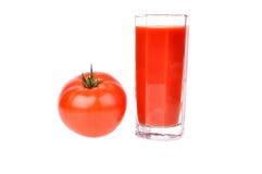 Vidrio lleno de jugo y de tomates frescos de tomate Fotos de archivo
