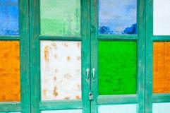 Vidrio manchado de la puerta de madera vieja Foto de archivo