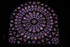 Vidrio manchado en Notre Dame de Paris Imagen de archivo