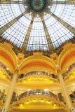 Vidrio manchado y balcones de oro en París Imagen de archivo libre de regalías