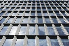 Vidrio moderno y alto edificio de acero de la subida Fotografía de archivo libre de regalías