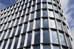 Vidrio moderno y alto edificio de acero de la subida Foto de archivo libre de regalías