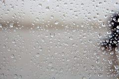Vidrio mojado con descensos de la caída de la lluvia Imágenes de archivo libres de regalías