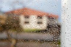 Vidrio mojado con descensos de la caída de la lluvia Foto de archivo libre de regalías