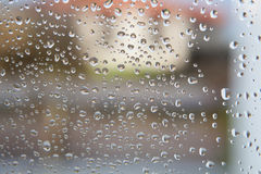 Vidrio mojado con descensos de la caída de la lluvia Imagenes de archivo
