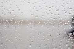 Vidrio mojado con descensos de la caída de la lluvia Imagen de archivo libre de regalías
