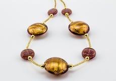 Vidrio - oro de Murano y cierre color de rosa del collar de la gota para arriba en el CCB blanco Fotografía de archivo libre de regalías