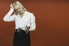 Vidrio que se sostiene femenino preocupante de píldoras Imagen de archivo libre de regalías
