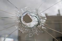 Vidrio quebrado con el agujero foto de archivo