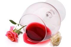 Vidrio quebrado de mentira derramada del vino y de las rosas Fotografía de archivo