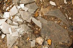 Vidrio quebrado en la tierra Imagen de archivo