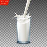 Vidrio realista para verter el chapoteo de la leche, en un fondo transparente Imágenes de archivo libres de regalías