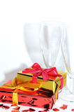 Vidrio, regalo y corazones aislados en el fondo blanco, día de tarjetas del día de San Valentín Imágenes de archivo libres de regalías