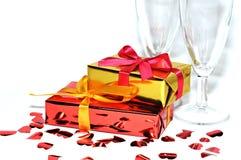 Vidrio, regalo y corazones aislados en el fondo blanco, día de tarjetas del día de San Valentín Foto de archivo libre de regalías