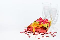 Vidrio, regalo y corazones en el fondo blanco, día de tarjetas del día de San Valentín Imagen de archivo libre de regalías