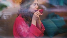 Vidrio rojo del placer de la taza de la bebida de la mujer del café del amor almacen de metraje de vídeo