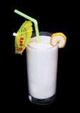 Vidrio sano de sabor del plátano de los smoothies en negro Imagenes de archivo