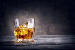 Vidrio tallado de whisky con hielo Fotos de archivo libres de regalías