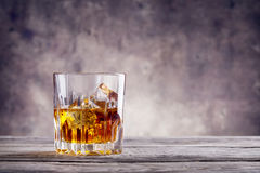 Vidrio tallado de whisky con los cubos de hielo Imagen de archivo