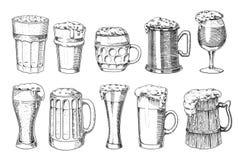 Vidrio, taza o botella de cerveza de la más oktoberfest grabados en la mano de la tinta dibujada en el viejo estilo del bosquejo  ilustración del vector