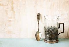 Vidrio-tenedor del vintage sobre la tabla de madera imagen filtrada retra foto de archivo libre de regalías