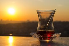 Vidrio turco vacío del té, té turco tradicional y vidrio, área en blanco, puesta del sol imagen de archivo libre de regalías