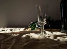 Vidrio, uva y botella de vino en el paño foto de archivo
