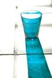 Vidrio vacío azul con la reflexión Imagen de archivo libre de regalías