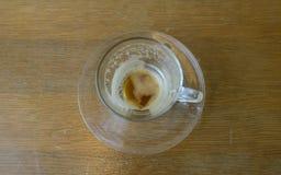 Vidrio vacío del café en la tabla Fotografía de archivo libre de regalías