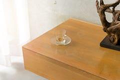 Vidrio vacío del café en la tabla Imagen de archivo