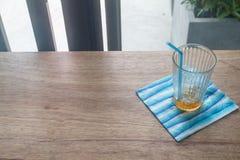 Vidrio vacío del café en la tabla de madera en foco selectivo Fotografía de archivo libre de regalías