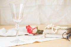 Vidrio vacío hermoso con los libros y las perlas del vintage Fotografía de archivo libre de regalías