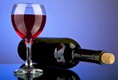 Vidrio y botella con el vino Foto de archivo libre de regalías