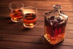 Vidrio y botella con el whisky Foto de archivo libre de regalías